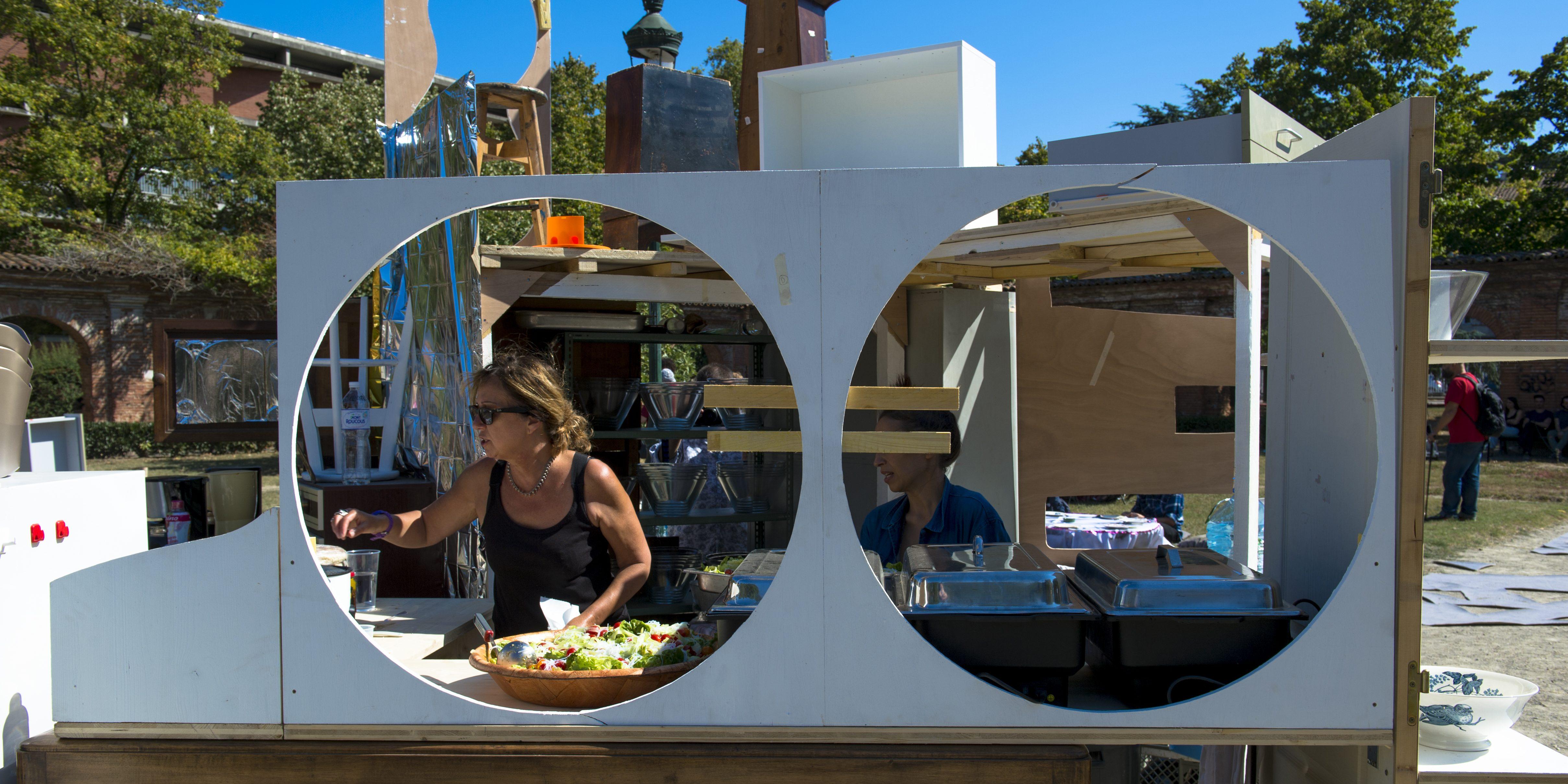 etcetera: un rituel public. repas-performance harmonisé, Vaisselier by Mohamed Bourouissa. Photo ®franckalix
